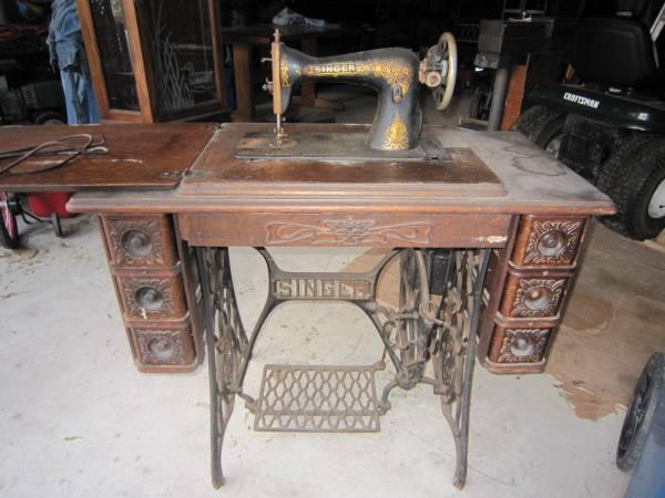 1913 Antique Singer Treadle Sewing Machine and Cabinet - 1913 Antique Singer Treadle Sewing Machine And Cabinet - For Sale In