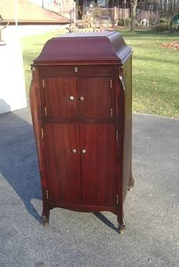 1917 Victor Victrola Phonograph In Mahogany Cabinet For Sale In