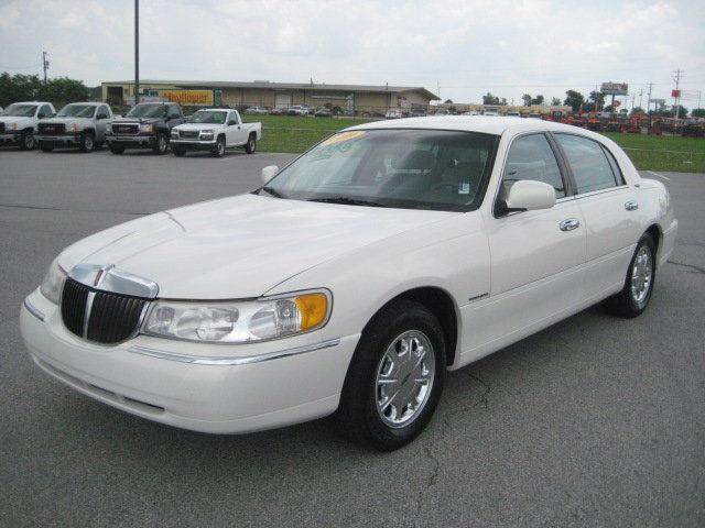 Lincoln Town Car Signature Review