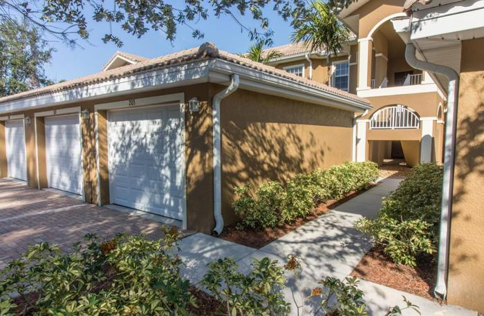 2 Beds+ den 2 Baths Condo with low HOA fees