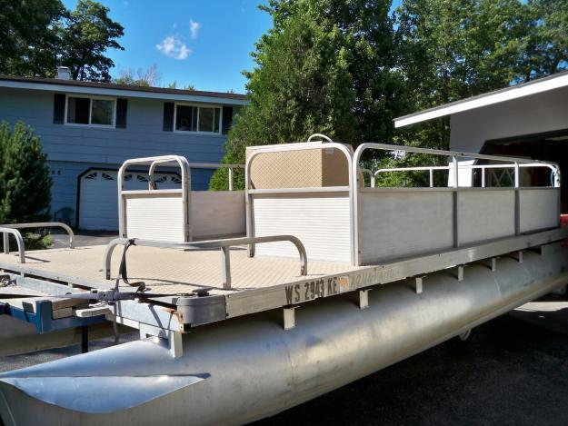 20 ' PONTOON BOAT W/ TRAILER