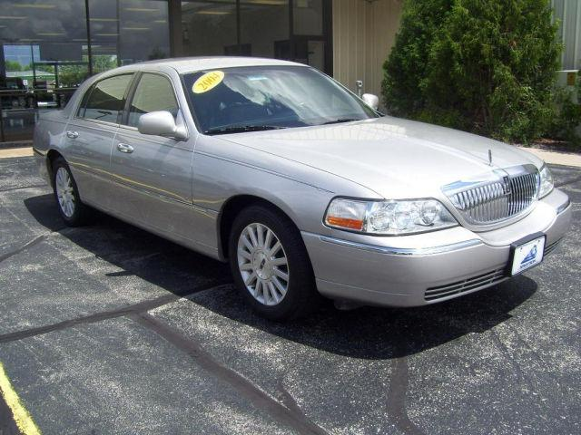 2004 lincoln town car for sale in oshkosh wisconsin classified. Black Bedroom Furniture Sets. Home Design Ideas