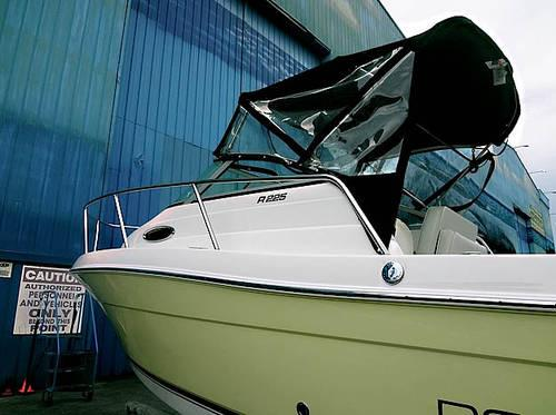 2004 Robalo R225 Cuddy Cabin