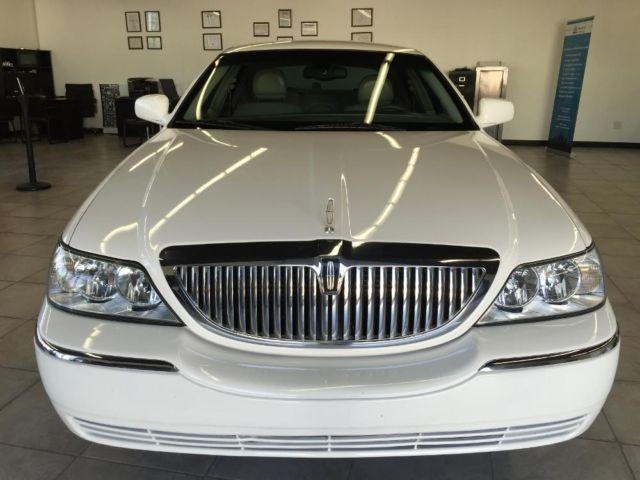 2005 Lincoln Town Car Signature Series 4dr White Loaded Very