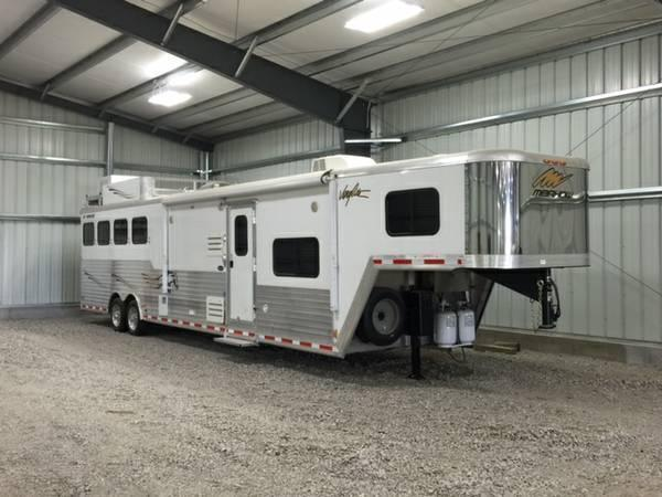 2013 Merhow Very Lite 4 horse trailer with Full Living