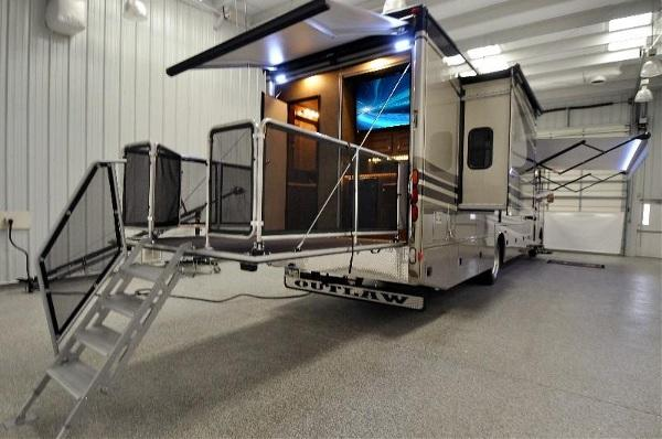 2015 thor motor coach outlaw residence edition 38re bath for Motor coaches with 2 bedrooms