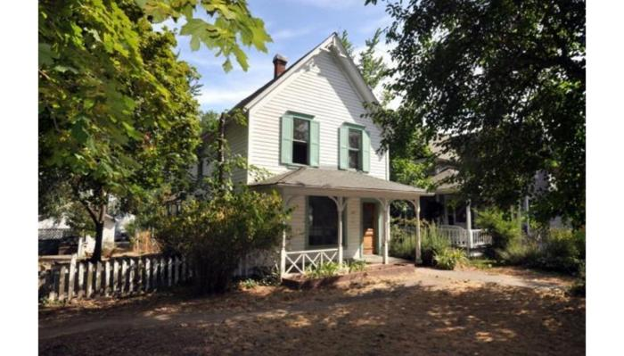 3br charming 1905 built victorian in the heart of for Large victorian homes for sale