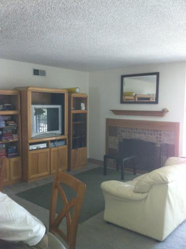 $675 / 120ft2 - Available Now! Lrg BDRM walk to CSUF,