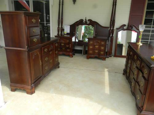 7 Piece King Bedroom Set - 2 Dressers, 2 Night Stands,