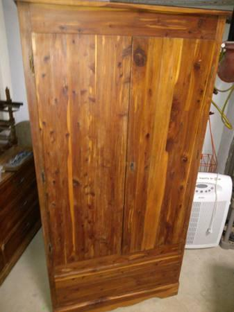 Charmant Antique Cedar Wood Armoire Or Chest   $65