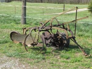 ANTIQUE INTERNATIONAL PLOW/DISC - $1 (PERCY, IL)