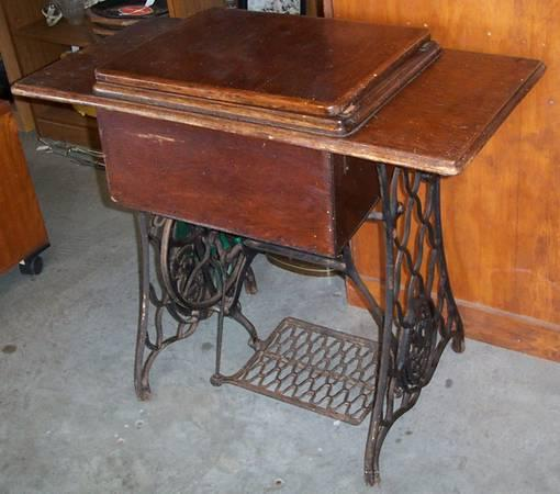 Antique Singer Sewing Machine In Cabinet 1920s Or Older For Sale In Austin Rhode Island