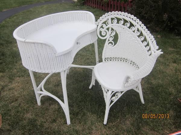 ANTIQUE WHITE WICKER DESK/VANITY WITH CHAIR