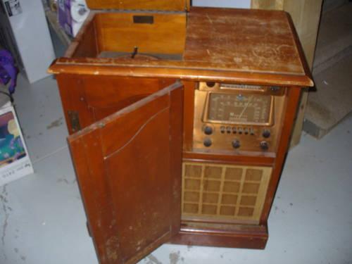 Antique wood Magnavox late 1940's Shortwave, FM, phonograph con