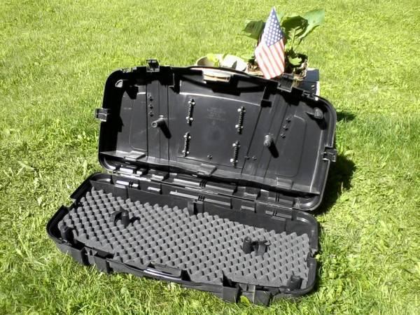 Archery supplies - Hard bow case; 6 carbon arrows