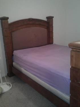 Beautiful Queen size bed...without matress