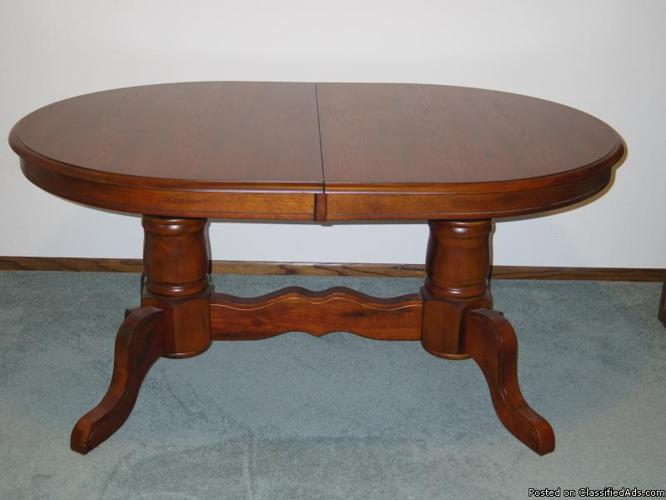 Beautiful Solid Wood Dinner Table +2 extension leaves