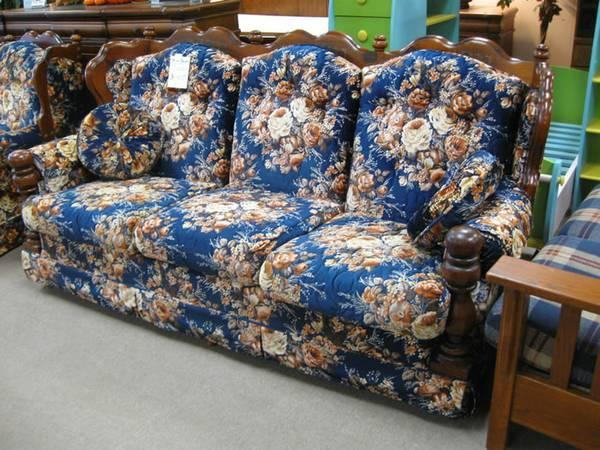 Bold Early American Style Sofa Item 4749 For In Ault Field Washington
