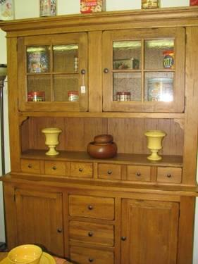 Broyhill Attic Heirloom Collection China Primitive Hutch