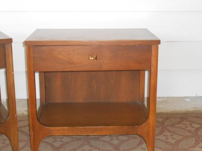 Broyhill brasilia mid century walnut nightstand end table for Broyhill american era bedroom furniture