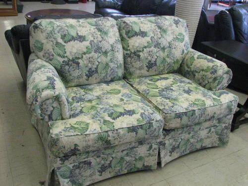 broyhill floral print loveseat 10 off sale for sale in fort wayne indiana classified. Black Bedroom Furniture Sets. Home Design Ideas