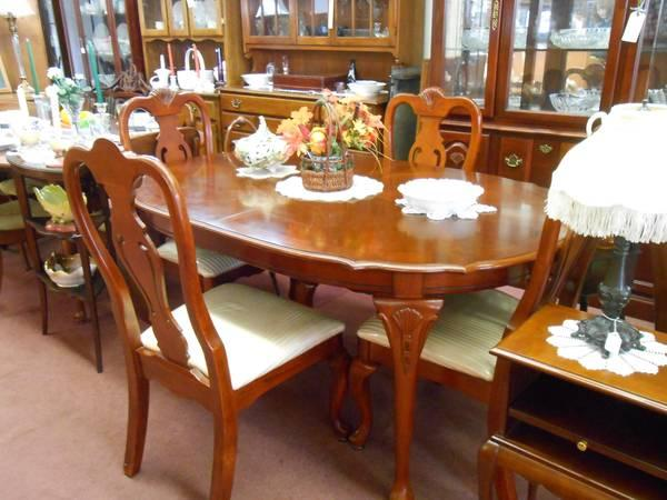 Cherry pc queen anne dining set includes lighted hutch