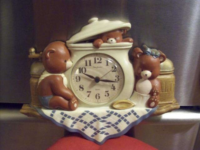 CLOCK WITH CUTE BEARS ON IT