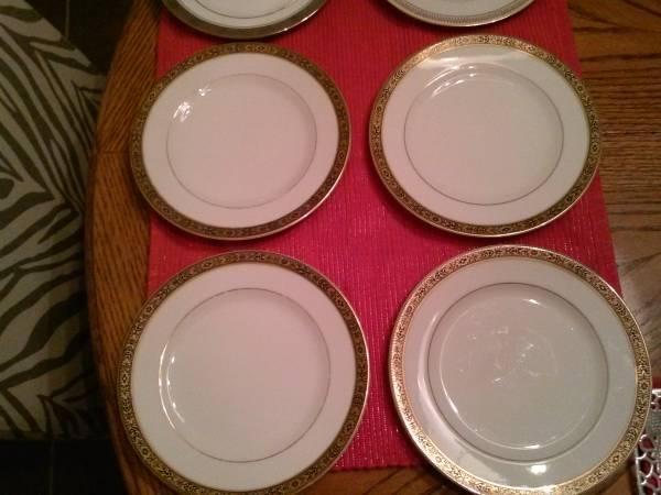 Dessert plates, glass bowl, apple, cats - $5