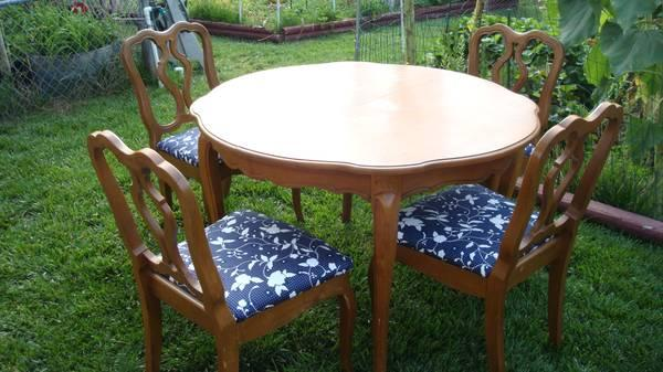Dinning Table with 2 leafs & 4 chairs - $80