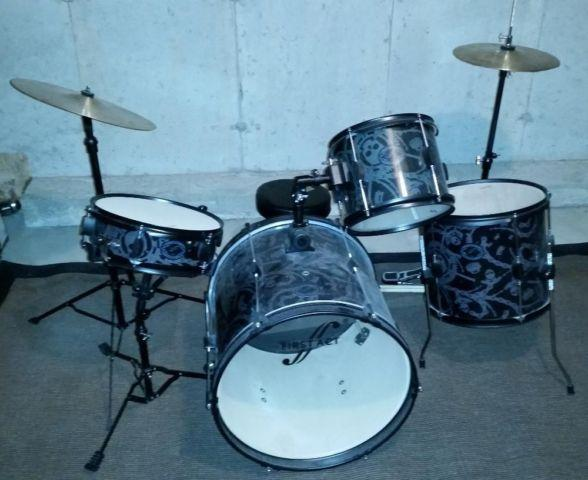 First Act Designer Drum Set, Stool and Extra Sticks