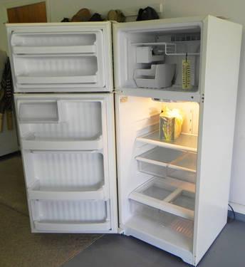 GE Refrigerator 21 cu. With Nice Icemaker
