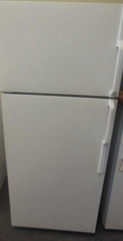 GE WHITE APARTMENT SIZE TOP FREEZER FRIDGE **FREE