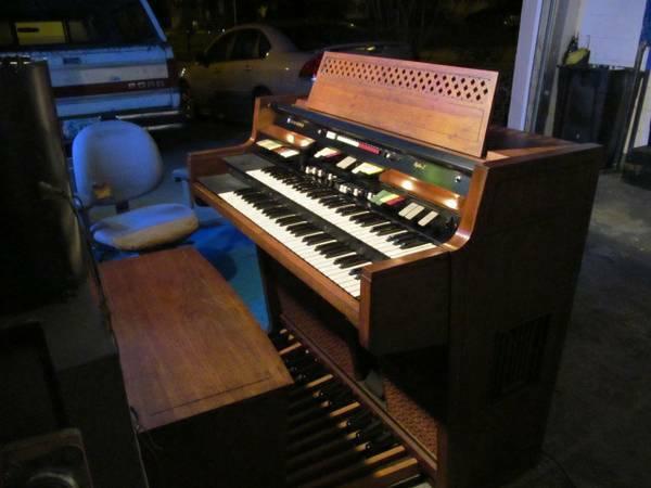 Hammond R-124 Organ W/ 25 Bass Pedals & Bench - $350