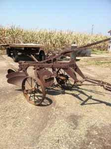 John Deere 2 bottom plow - $450 (Maroa)