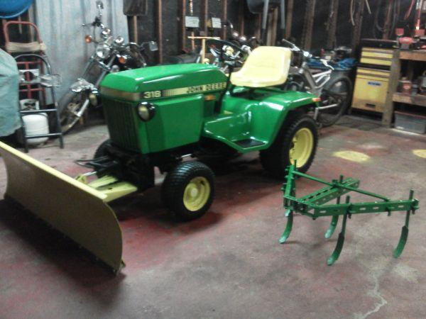 John Deere 318 all hydrolic with attachments (Galatia,