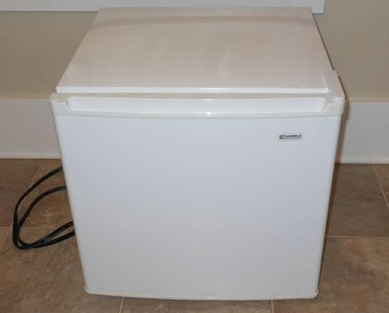kenmore mini fridge good condition white for sale in cedarville ohio classified. Black Bedroom Furniture Sets. Home Design Ideas