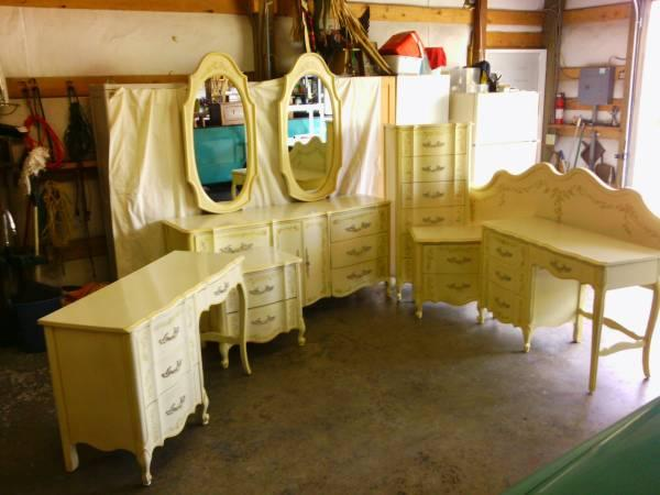 La Reine Henry Link Handpainted 7 Piece Bedroom Set