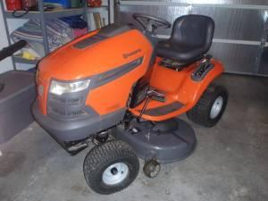lawn mower (riding) husqvarna - $1050 (Carterville,