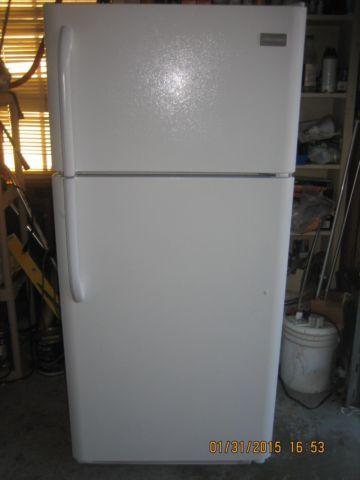 LIKE NEW FRIGIDAIRE APARTMENT SIZE REFRIGERATOR TOP FREEZER for Sale ...