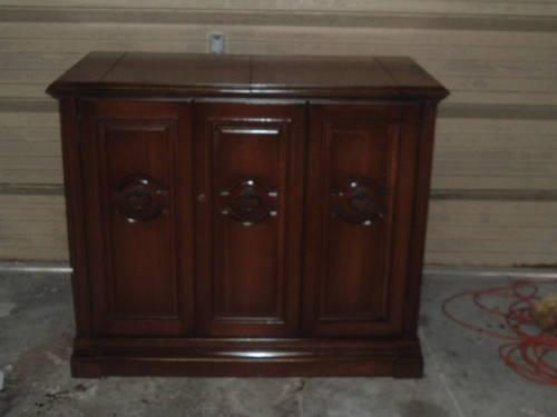 Liquor Cabinet With Lock: Liquor Cabinet W/ Lock And Key..Vintage..Furniture..Hide