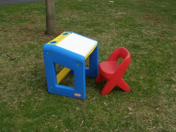 Little Tikes Art Desk & Chair for Sale in Coopersburg