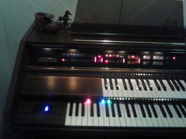 Lowrey Organ Debut Deluxe