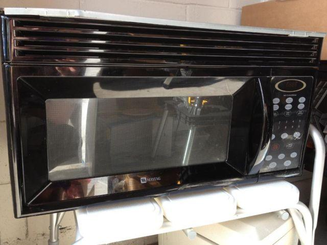 MAYTAG MICROWAVE - BLACK 1.5 cu ft INCL WALL MOUNT FOR