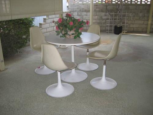 MID CENTURY FIBERGLASS TABLE FOUR CHAIRS BY THIN LINE,