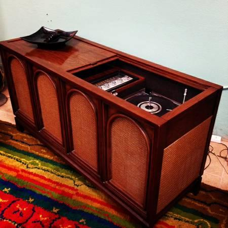 Mid Century Modern Stereo Console For Sale In San