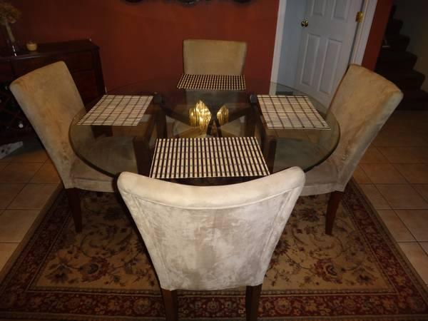 moving sale round dining room table w 4 chairs for
