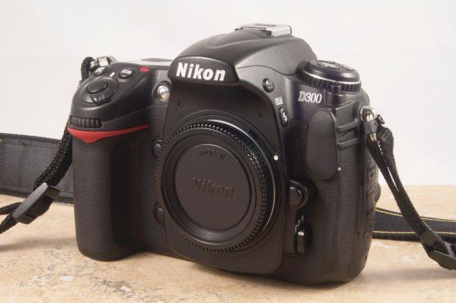Nikon D300 body, 2 batts, split focusing screen,