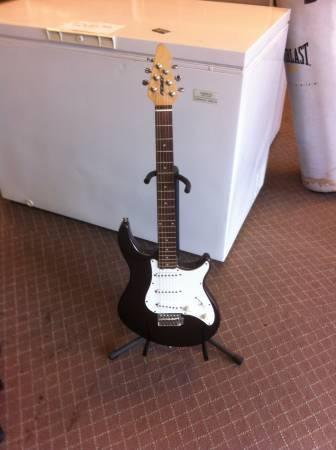 Peavey electric guitar with case - $150