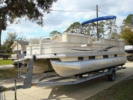 Pontoon Boat 2004 Tracker