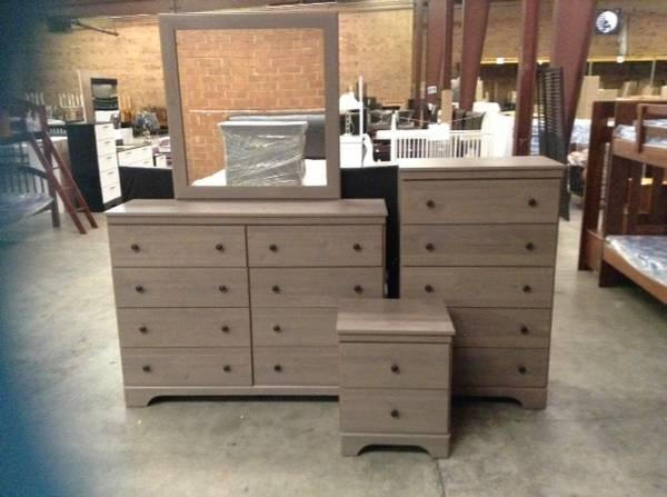 Queen Raleigh 5pc Bedroom Set With Studded Padded